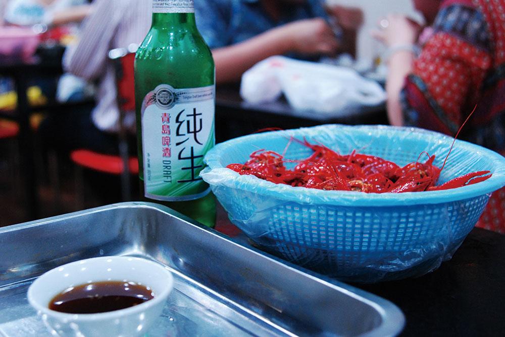 How to Properly Eat Xiaolongxia (Crayfish)